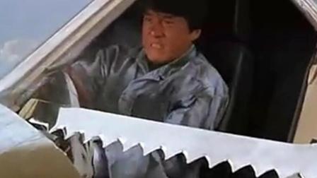 成龙经典影片《红番区》: 成龙开跑车用锯齿刀划破气, 垫逼停气垫船