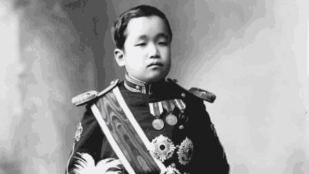 此人三岁被封亲王, 十岁送去日本, 娶妻当中将, 还参与了侵华战争