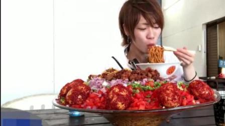 日本大胃王耳机小哥吃超辣的面, 这面头一次见, 看着好馋人呀!