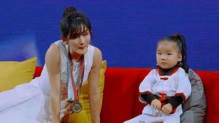 谢娜怎么问萌妹子都不说出自己名字, 把她哥哥叫出来后, 全场欢呼