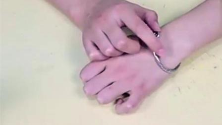 当妹子佩戴的银手镯越戴越黑时, 一定是没有注意这三个问题