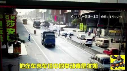 男孩过马路拦停货车, 妙龄少女街头无辜被撞!