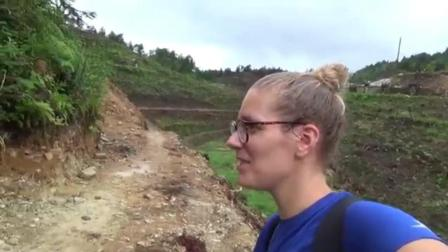 外国美女背包客一人徒步穿越中国农村美丽的稻