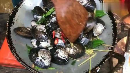 农村男孩小溪摸蛤蚌, 30个蛤蚌大火爆炒, 两个人吃得满嘴流油