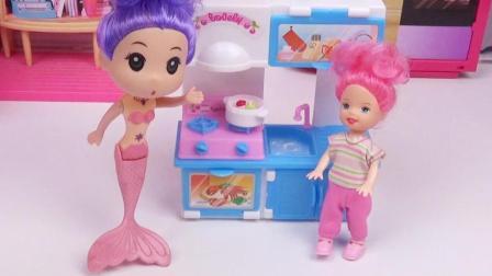 芭比美人鱼用儿童厨房做了美味的草莓蛋糕