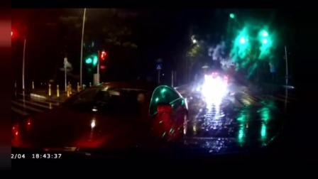 视频车强势左拐, 被直行红色车惨撞