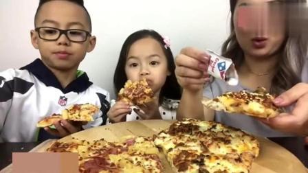泰国吃货微笑妹, 一家人吃夏威夷鸡肉培根比萨, 好温馨有爱的小吃货