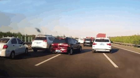 两车同时右转, 车主忽略了大车的内轮差, 结果被挂惨了《短版》