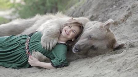 俄罗斯美女养500多斤熊当宠物, 躺在它怀里
