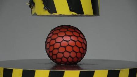 把一个抗压球放到液压机下, 启动开关, 你猜抗压球会变成什么样?
