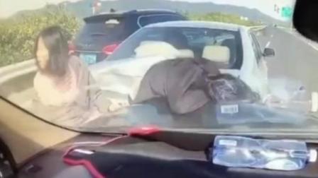 高速车祸后, 两家人停在路中央争论, 结果后车追