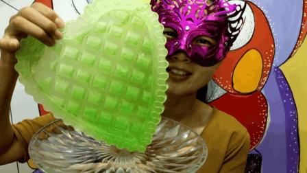 """妹子吃冰""""绿色心情彩冰"""", 有火气没心情, 吃一口保你绿色好心情"""