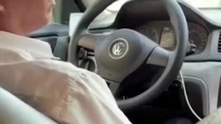 出租车司机与乘客 一个要给钱 一个不要
