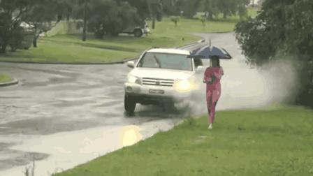 司机故意经过积水路, 路人被溅得一身, 下一秒让司机后悔了!