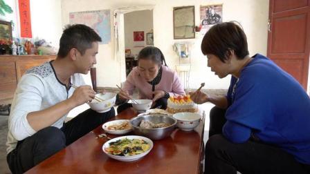 丈母娘过生日, 女婿和女儿各炒几道拿手菜, 吃在嘴里暖在心里