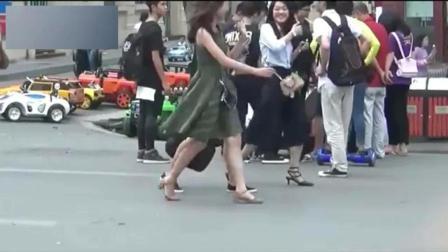 恶搞: 小伙街头假装拥抱妹子, 靓妹反而被逗大笑