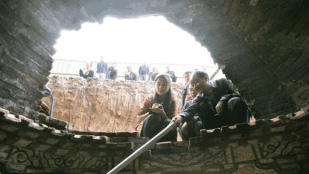 考古队在山洞中发现古尸, 看到尸体的衣服后捂住嘴巴