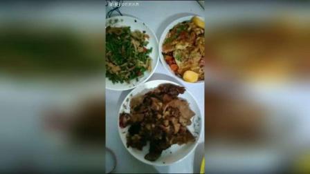晚餐 第一段 青椒煎鸡蛋 红萝卜炒自制烤肠 五花肉炖香芋 青豆角