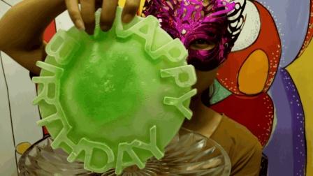 """妹子吃冰""""生日蛋糕彩冰"""", 没有蛋糕的甜美, 却超冰爽, 心情舒畅"""