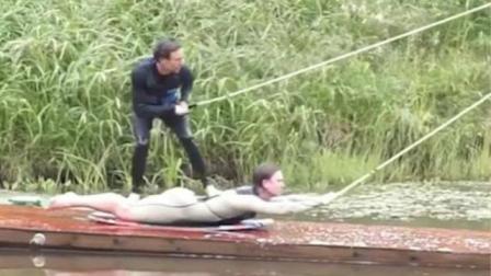 瑞典男子用他人身体作滑板滑水引围观