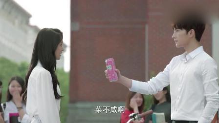微微一笑很倾城: 肖奈给微微买可乐还亲自打开, 旁边的女生羡慕的不得了, 微微好幸福