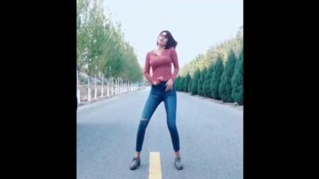 美女马路中间尬舞, 上半身实力抢镜!