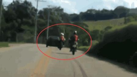 摩托车跟在轿车后面开, 一会悲剧了, 记录仪拍下