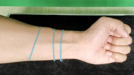 神奇魔术: 橡皮筋隔空穿过手臂, 但橡皮筋完好无损!