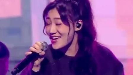 中国好声音鸟巢冲刺夜刘郡格别样演唱一曲, 感染全场获导师好评!