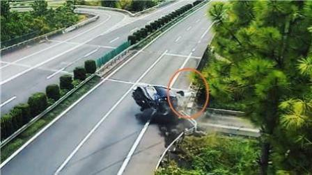 监拍: 司机低头找手机车撞护栏 乘客被甩出坠地身亡