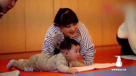 阳阳和梅婷一起上亲子课, 吃着奶嘴放空的眼神好可爱!
