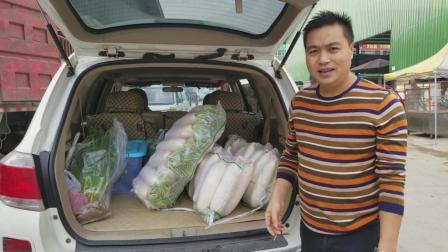 二哥到蔬菜批发市场进货, 两百多斤萝卜全部免费送给客人吃
