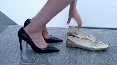 美女穿平底鞋上班, 刚走到公司, 就换上了高跟鞋
