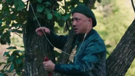 男子为了找信号也是拼,爬上树给好友打电话,完了还不忘来个自拍
