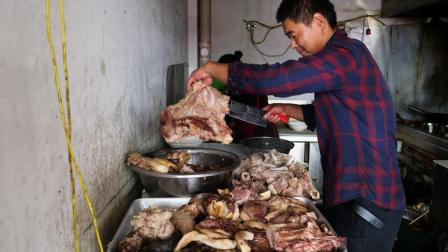 农村小伙做全驴汤, 一天卖一头驴收入6000块, 顾客吃完写词送匾!