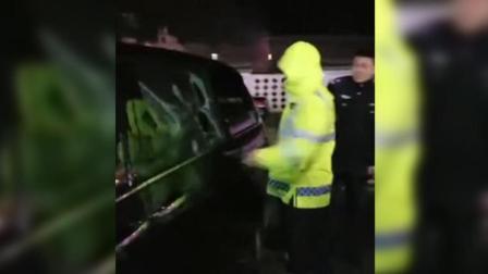 """男子酒驾遇查拒不下车 民警多次警告无效后""""啪啪啪""""几棍破窗拿下"""