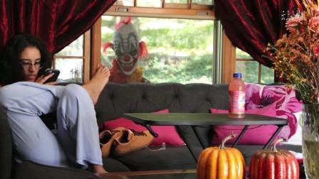 老外恶作剧 窗外小丑静静看着沙发上抠脚美女