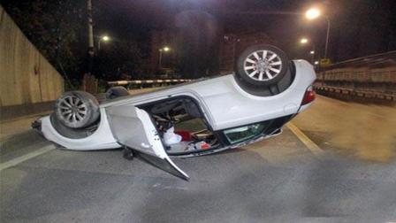 事故警世钟: 两车斗气驾驶, 一个侧撞后, 前方车主直接冲上了隔离栏433期