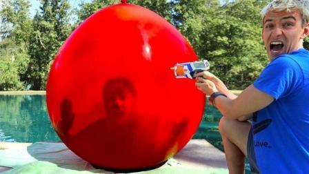 外国妹子尝试挑战, 钻进气球里跳水, 一旁的小伙伴吓坏了!
