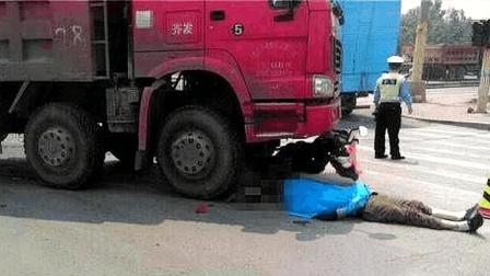 大货车倒车狂喊6声清洁工不听, 下一秒惨遭碾压, 网友: 活该!