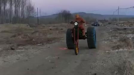 牛人发明一辆轮子可以喷火的奇葩三轮车