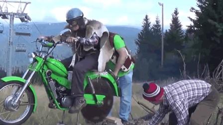 三位民间牛人发明摩托车锯木机, 时速80公里, 比