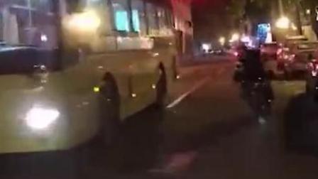 男子马路上骑电动车炫技 变道逼停公交