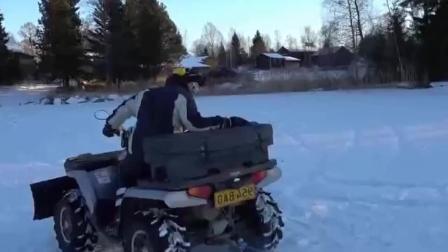 国外牛人在冰面上挖了一个大转盘, 站在上面玩的