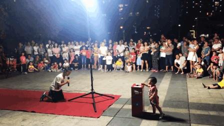 10岁男孩演唱《妈妈我想你》, 突然的这一跪感动全场观众, 听哭了