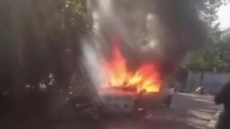 轿车被烈火包围 居民竟称不会报警