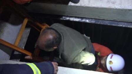农民工失足摔伤被困地基坑消防员紧急营救