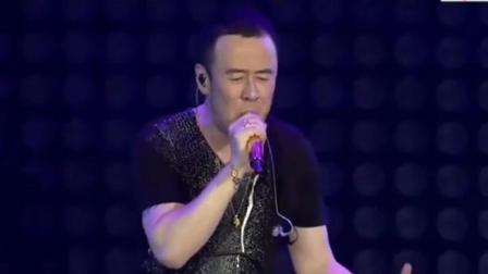 杨坤很感人的一首歌, 现场的人把手机齐开灯, 好听又壮观!