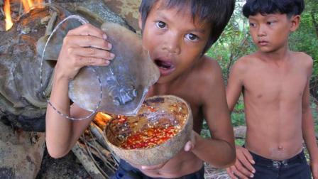 荒野熊孩子, 石板烤鱼是孩子们梦寐的美食, 吧唧吧唧的吃得真香!