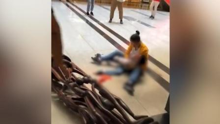 痛心! 男孩顽皮攀爬商场雕塑被砸身亡 母亲身边撕心裂肺痛哭